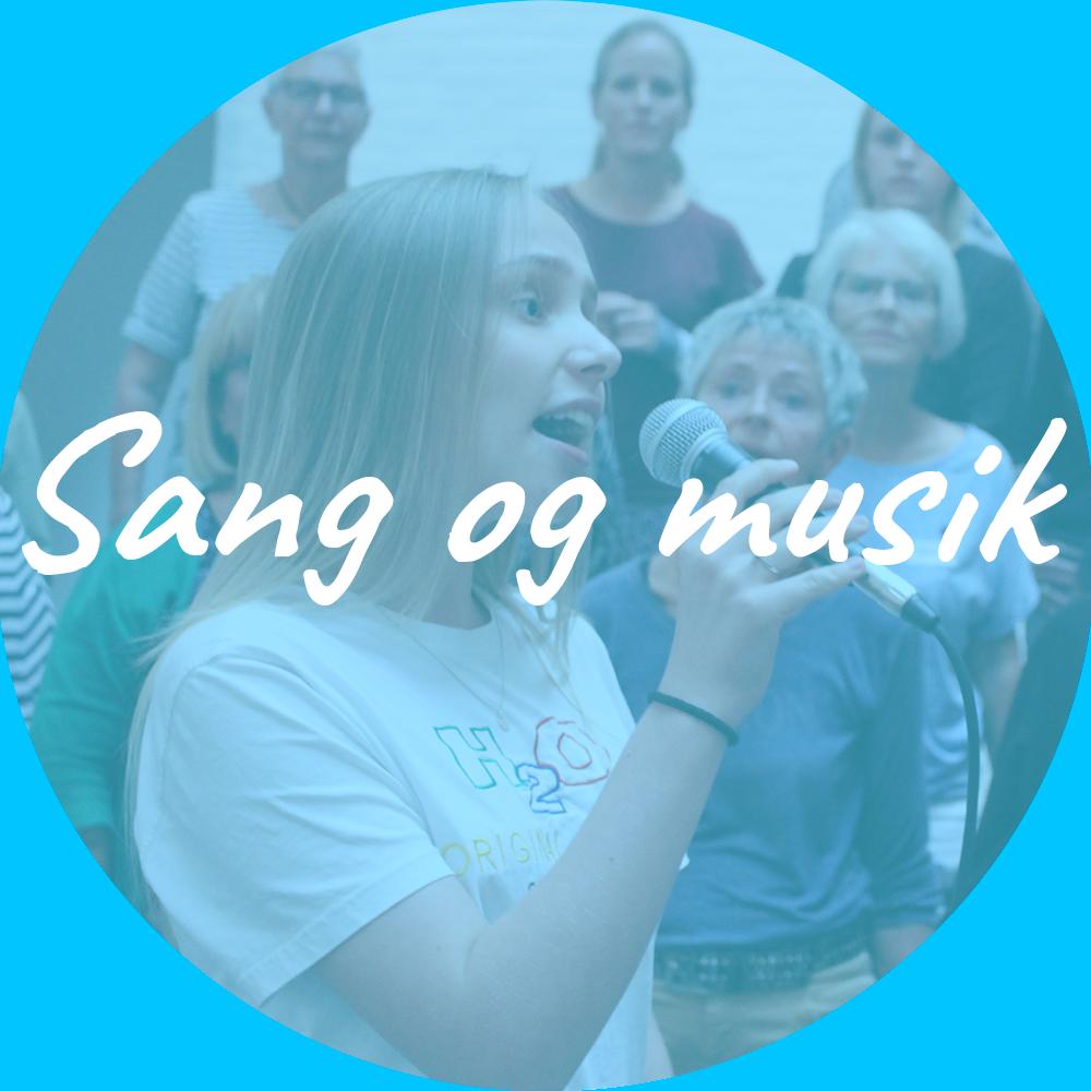 """Billedet viser 7 kvinder som synger i kor. Oven på ligger et himmel blå filter med teksten """"Sang og Musik"""". Billedet indeholder et link som omdirigerer til siden Sang og Musik."""