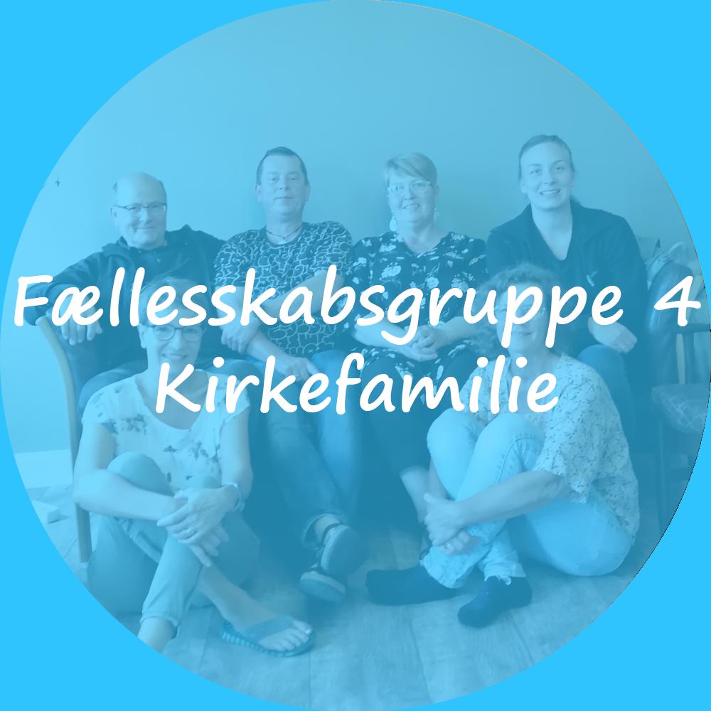 """Billedet viser 6 personer. 2 mænd og 2 kvinder sidder i en sofa og 2 kvinder sidder på gulvet. Opstillet billede. Der er et blåt farve lag oven på billedet. Tekst på billedet """"Fællesskabsgruppe 4 - Kirkefamilie. Billedet indeholder et link som scroller ned til teksten om denne gruppe."""